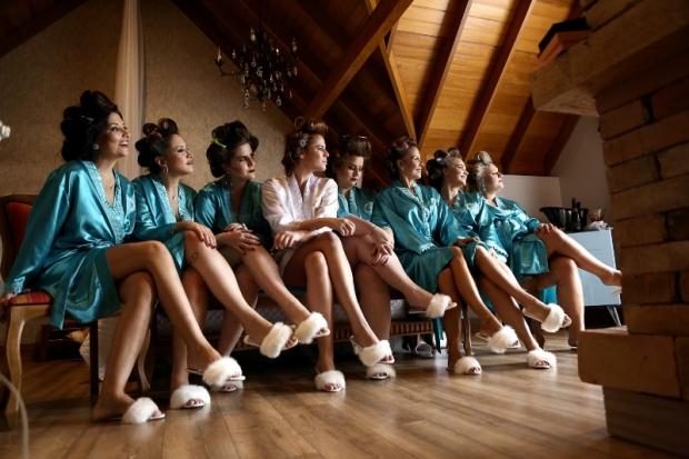 chinelos-de-pelucia-casamento-moderno-Foto-SImone-Di-Domenico
