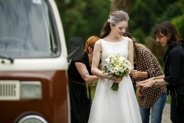 vestido-de-noiva-ultimos-ajustes-foto-fer-cesar